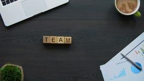 Le travail d'équipe, femme d'affaires faisant le mot des cubes, coordination des employés travaillent banque de vidéos