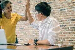 Le travail d'équipe joignent le concept de soutien de mains ensemble Affaires Team Cowo photos stock