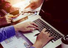 Le travail d'homme d'affaires d'équipe travail avec l'ordinateur portable dans le bureau de l'espace ouvert Photo stock