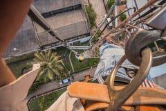 Le travail d'homme sur le haut poteau d'antenne photo stock