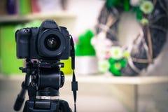 Le travail d'une caméra vidéo dans le studio images libres de droits