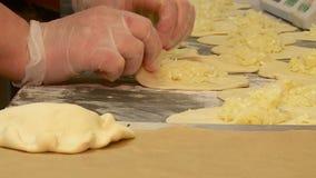 Le travail dans la boulangerie fait des g?teaux banque de vidéos