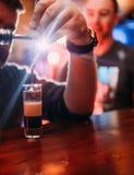 Le travail de barman fait à cocktail les montres masculines de client Images stock
