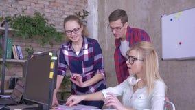 Le travail de bureau, collègues créatifs discutant le plan d'action et les idées près de la table banque de vidéos