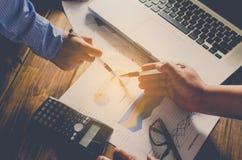 Le travail de businessmans d'équipe travail avec l'ordinateur portable dans le bureau de l'espace ouvert Photo stock