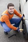 Le travail de commutateur de pneu Images stock