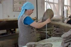 Le travail de femmes dans un feutre rejette l'usine Photo stock