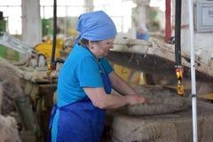 Le travail de femmes dans un feutre rejette l'usine Image libre de droits