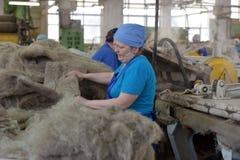 Le travail de femmes dans un feutre rejette l'usine Photos libres de droits
