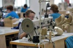 Le travail de femmes dans un feutre rejette l'usine Images stock