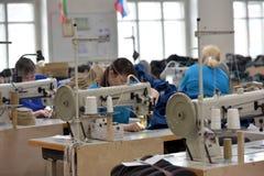 Le travail de femmes dans un feutre rejette l'usine Photographie stock