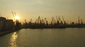Le travail de l'usine entourée par la rivière pendant le coucher du soleil clips vidéos