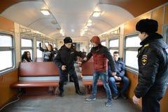 Le travail de la détention de police des violateurs de l'ordre public sur le train Photos libres de droits