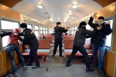 Le travail de la détention de police des violateurs de l'ordre public sur le train Photos stock