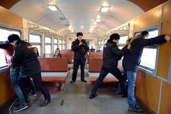 Le travail de la détention de police des violateurs de l'ordre public sur le train Photo stock