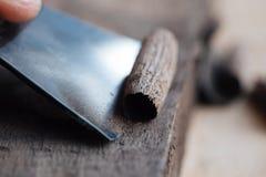 le travail de mains principal du ` s avec une surface en bois, un professionnel fait les métiers en bois Image libre de droits