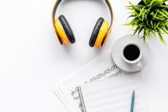 Le travail de musicien a placé avec le papier avec des notes et l'espace blanc de vue supérieure de fond de table d'écouteurs pou Image stock