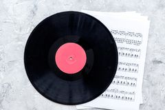 Le travail de musicien a placé avec le papier avec des notes et la vue supérieure de fond en pierre de table de vynil Images libres de droits