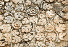 Le travail de stuc d'art de mur des fruits dans le panier conçoit sur des extérieurs de temple de 200 ans Photos stock