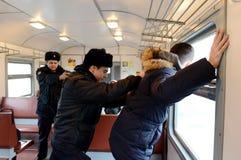Le travail des violateurs d'arrestation de police de l'ordre public sur le train Images libres de droits