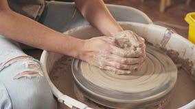 Le travail du maître de la céramique : la roue du ` s de potier tourne rapidement banque de vidéos