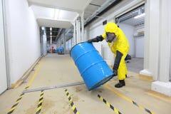 Le travail risqué - travaillant avec des produits chimiques Photographie stock libre de droits