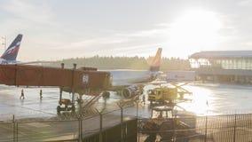 Le travail s'attaque dessus à l'aéroport de Sheremetyevo à l'aube, Moscou Photographie stock