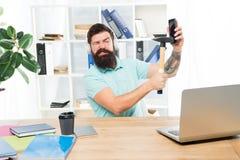 Le travail stressant au centre d'appels Smartphone barbu de marteau de bureau d'?couteurs de type d'homme Communication corrompue image libre de droits