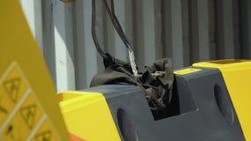 Le travailleur accroche le détail du tracteur pour le porter clips vidéos