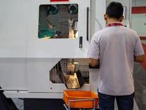 Le travailleur actionnent la machine circulaire de scie image stock