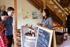 Le travailleur aide des clients chez Harris Bridge Vineyard en Orégon Image stock