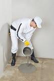 Le travailleur appliquent l'individu nivelant le plancher Photos libres de droits