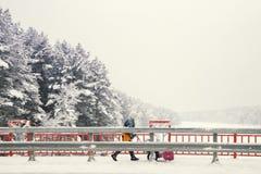 Le travailleur avec une machine de neige-élimination nettoie le pont Photo libre de droits