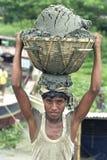 Le travailleur bangladais déchargent le bateau avec le sable de cargaison photos stock