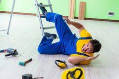 Le travailleur blessé au chantier images libres de droits