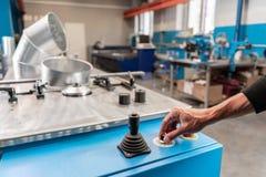 Le travailleur commande la machine Outil de roulement de production, machine électrique la production de la ventilation et des go image stock