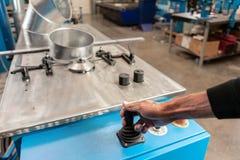 Le travailleur commande la machine Outil de roulement de production, machine électrique la production de la ventilation et des go photos stock