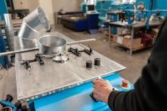 Le travailleur commande la machine Outil de roulement de production, machine électrique la production de la ventilation et des go photographie stock