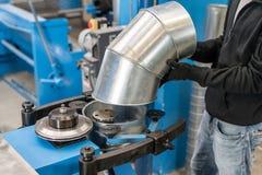 Le travailleur commande la machine Outil de roulement de production, machine électrique la production de la ventilation et des go photos libres de droits
