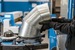 Le travailleur commande la machine Outil de roulement de production, machine électrique la production de la ventilation et des go photographie stock libre de droits