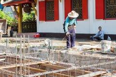 Le travailleur construit le plancher souterrain avec du bâtiment Photographie stock libre de droits