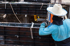 Le travailleur construit le plancher souterrain avec du bâtiment Photographie stock