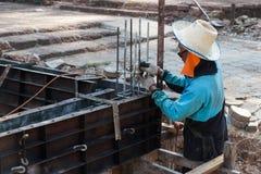 Le travailleur construit le plancher souterrain avec du bâtiment Images stock