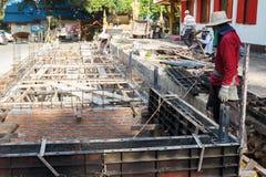Le travailleur construit le plancher souterrain avec du bâtiment Photo stock