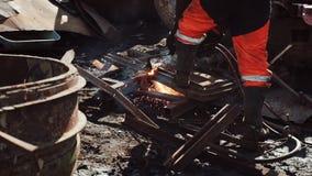 Le travailleur coupe le métal rouillé avec un coupeur de gaz sur une décharge de chute clips vidéos