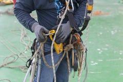 Le travailleur d'accès de corde utilisent l'équipement photos libres de droits