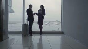 Le travailleur d'homme d'affaires et d'aéroport se serre la main dans le hall d'aéroport clips vidéos
