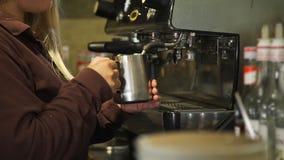 Le travailleur de caf? cuit le lait ? la vapeur pour un latte chaud banque de vidéos