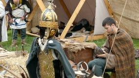 Le travailleur de Dacian fait une démonstration de la réparation de vieilles chaussures en cuir d'une manière classique banque de vidéos