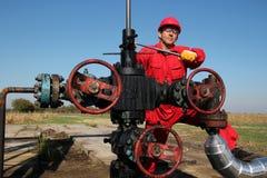 Le travailleur de gisement de pétrole Photos libres de droits